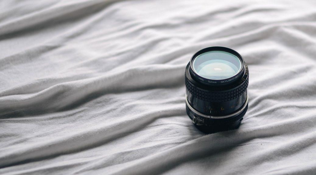 Säng och kameraobjektiv