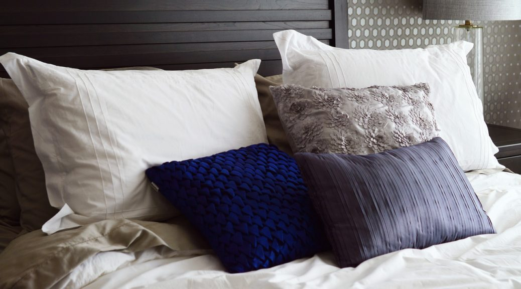 Säng och kuddar